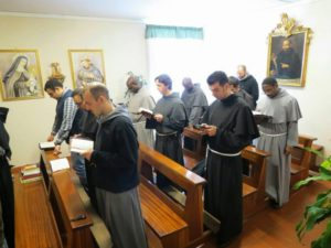 Frati che pregano