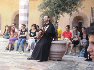 Fra Fabio Assisi con giovani