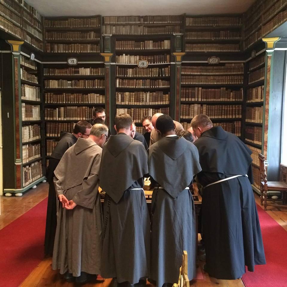 frati in biblioteca