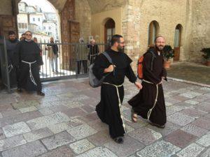 Due frati alla porta del sacro convento