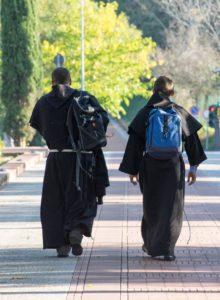 Frati in cammino con zaino