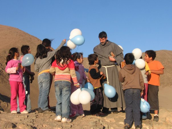 frate Tullio e bambini Cile