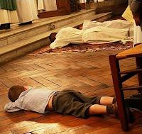 bambino imita i sacerdoti