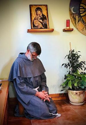 fra Tullio Pastorelli in preghiera