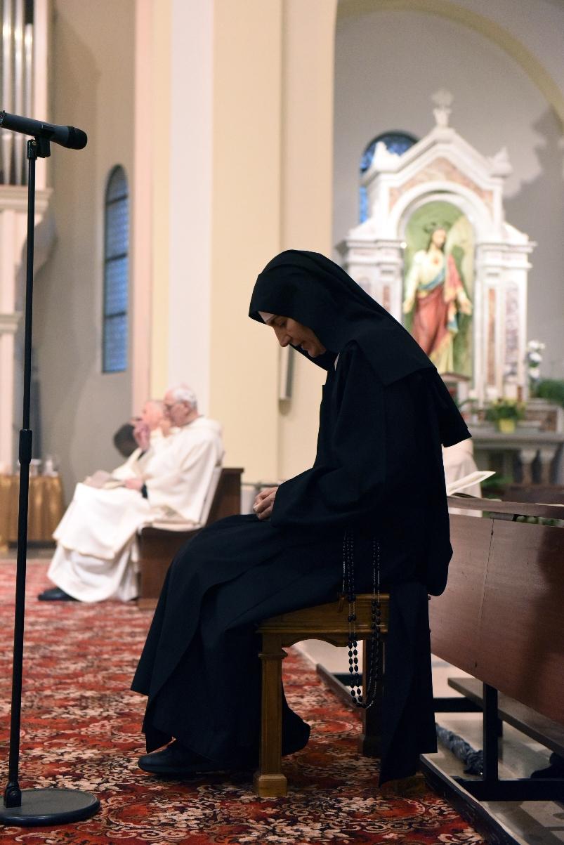 clarissa in preghiera