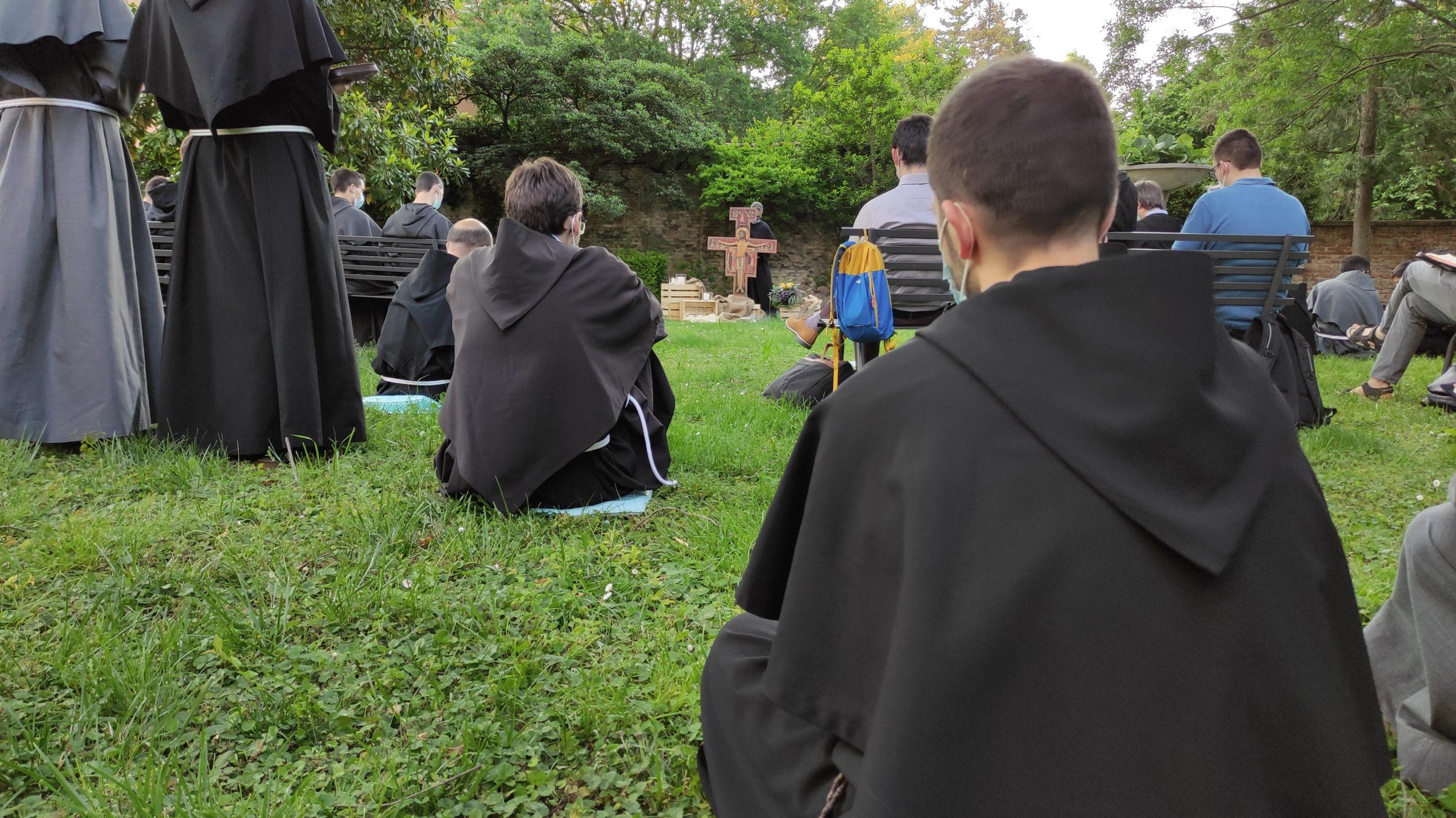 giovani frati in preghiera giardino